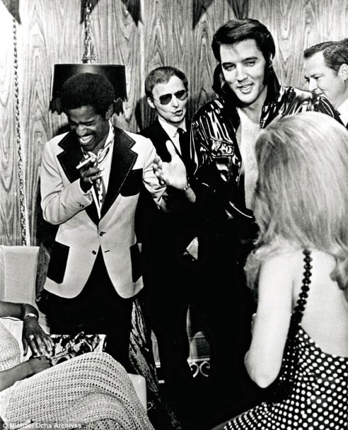 42C44D0800000578-4735718-Elvis_with_Sammy_Davis_Jr_backstage_in_Elvis_s_dressing_room_aft-a-26_1501369415844